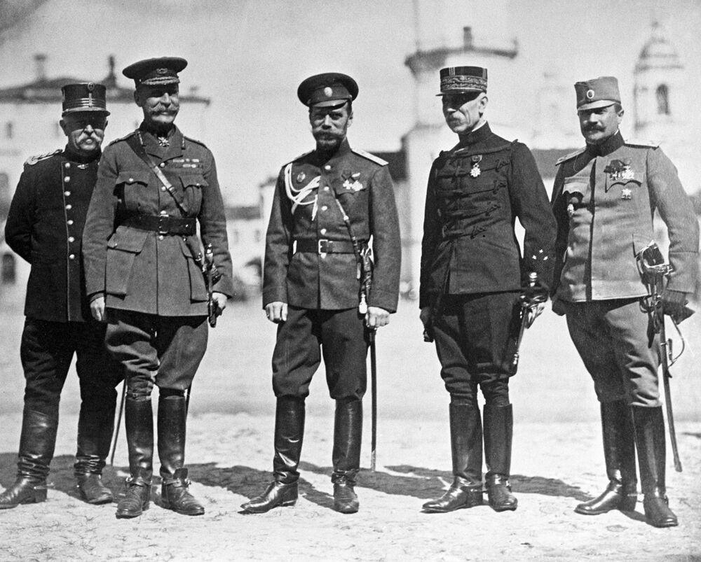 الامبراطور نيكولاي الثاني يقف وسط الممثلين العسكريين من دول الحلفاء