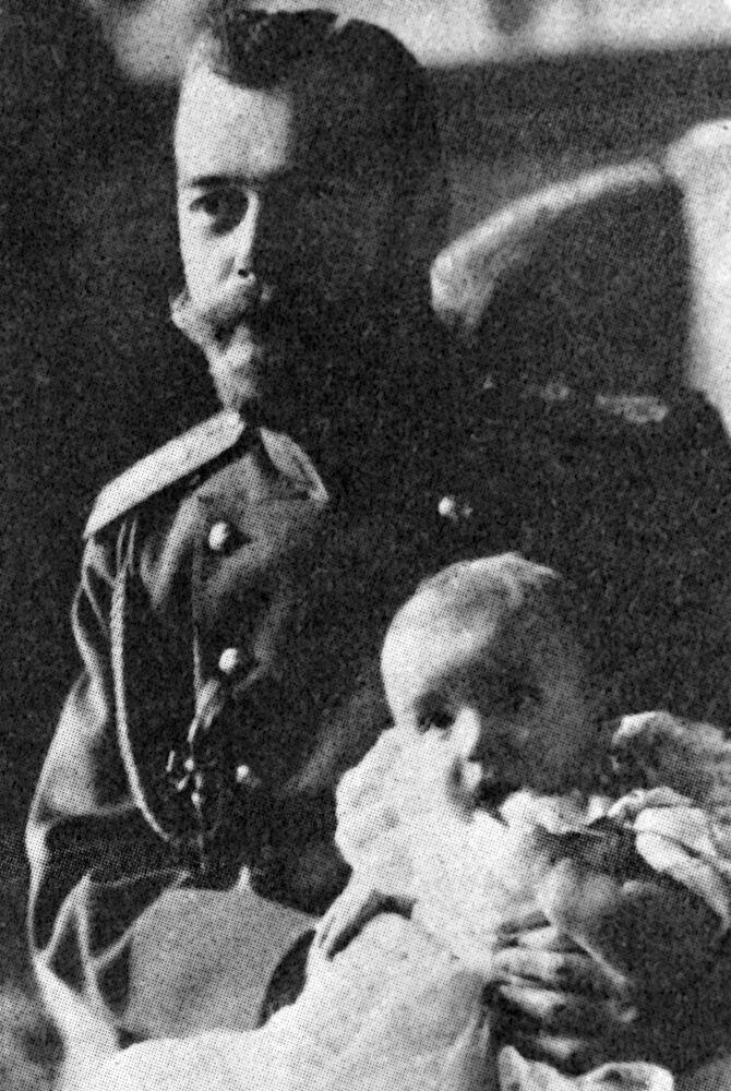 الامبراطور نيكولاي الثاني يحمل ابنه ولي العهد أليكسي