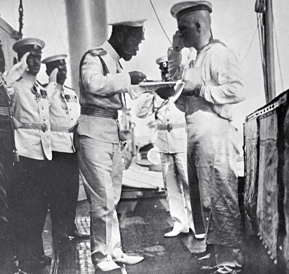 الامبراطور نيكولاي الثاني يتذوق وجبة غذاء تم تحصيرها على متن السفينة
