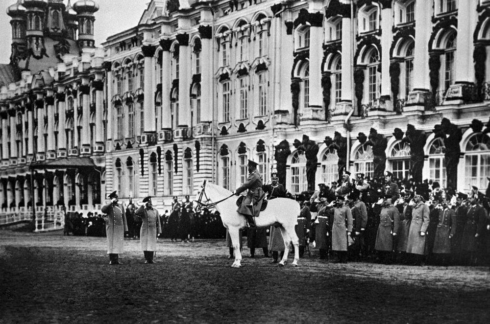 الامبراطور نيكولاي الثاني خلال عرض عسكري أمام القصر، عام 1915