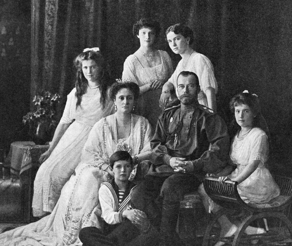 الإمبراطور الروسي نيكولاي الثاني والامبراطورة ألكسندرا فيودوروفنا والدوقة أولغا، وتاتيانا، وماريا، وأناستاسيا، وولي العهد الامبراطوري أليكسي