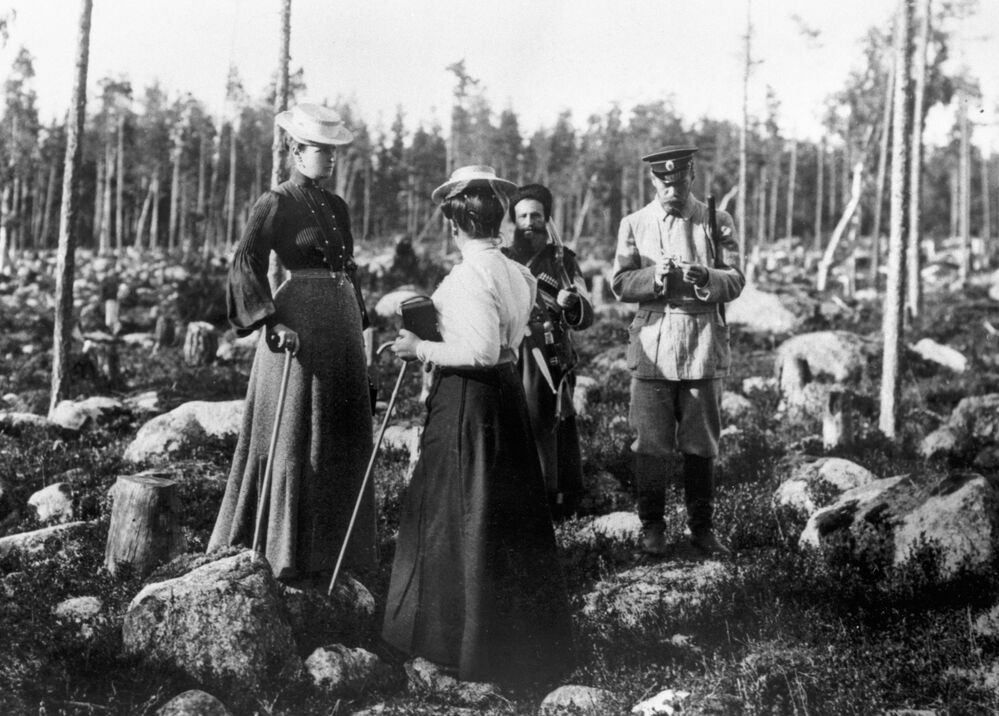 الإمبراطور الروسي نيكولاي الثاني وأسرته خلال الصيد في حدائق الأرخبيل الفنلندي، عام 1912
