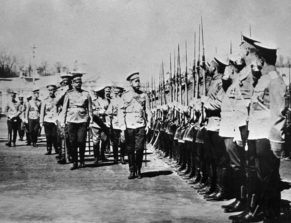 الامبراطور نيكولاي الثاني يتفقد جنود الحرس التابع للفوج إزمايلوفو، تسارسكوي سيلو 17 مايو/ آيار 1909