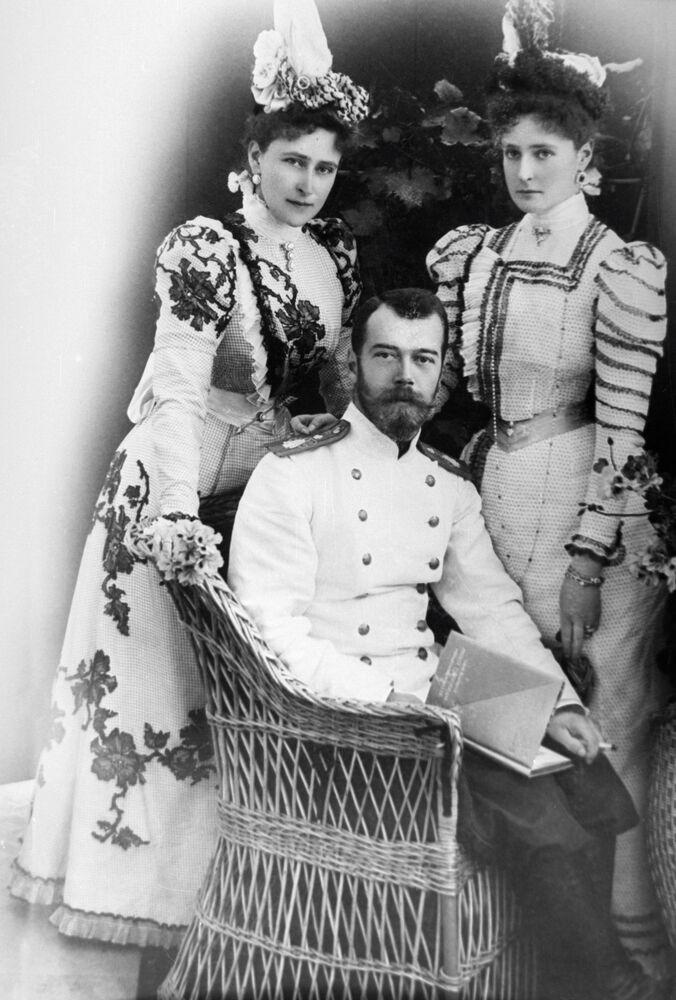 الامبراطور نيكولاي الثاني وعروسته (آنذاك) ألكسندرا فيودوروفنا وشقيقتها يليزافيتا