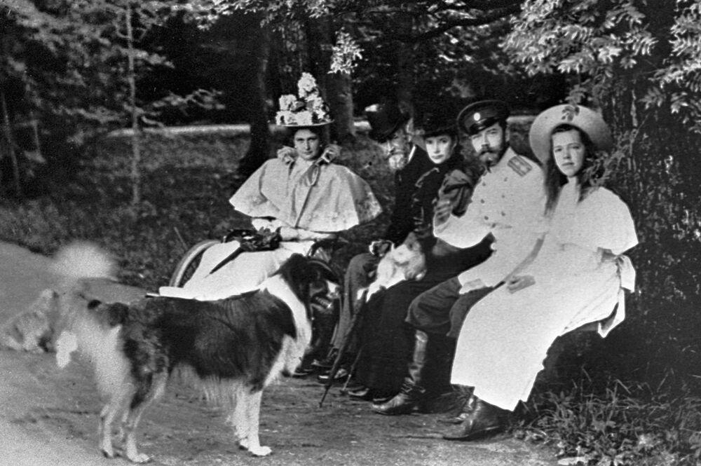 الامبراطور الروسي نيكولاي الثاني والامبراطورة ألكسندرا فيودوروفنا وابنتهما الدوقة أولغا ألكسندروفنا في نزهة، بيتيرهوف 1896