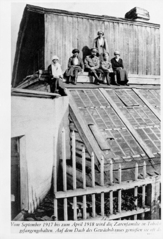 عائلة رومانوف على سطح منزل في توبولسك، عام 1918 قبل نقلهم إلى مدينة يكاتيرنبورغ (سفيردلوفسك) حيث أقيمت الأسرة الامبراطورية.