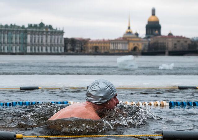 مشارك في مسابقة الرجوع والمحافظة على تقاليد السباحة الشتوية في قلعة بطرس وبافل بمدينة سانت بطرسبورغ