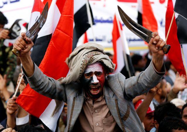رجل يلوح بالخناجر خلال مسيرات صنعاء  بمناسبة مرور عامين على التدخل العسكري للتحالف العربية بقيادة المملكة العربية السعودية، اليمن 26 مارس/ آذار 2017