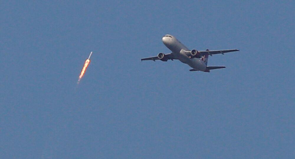 الصاروخ يمر بجوار الطائرة