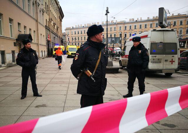 عناصر الشرطة الروسية تطوق محطة تيخنولوغيتشيسكي إنستيتوت بمدينة سانت بطرسبورغ