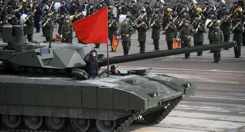 الدبابة تي-14 (أرماتا) التابعة لقوات حامية موسكو خلال التدريبات المشتركة استعداداً للعرض العسكري بمناسبة عيد النصر في الحرب الوطنية العظمى ضد ألمانيا النازية (1940-1945)