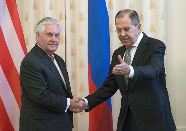 وزير الخارجية الروسي سيرغي لافروف يجري مباحثات مع نظيره الأمريكي ريكس تيليرسون في موسكو