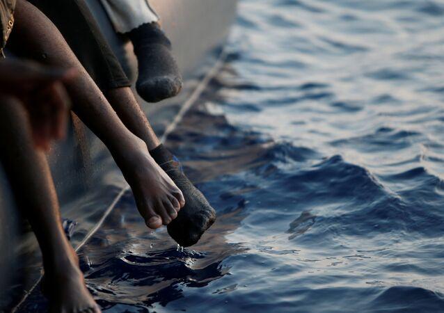 قارب يحمل مهاجرين في المتوسط