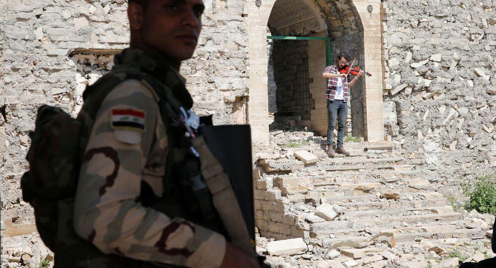 أمين مقداد يعزف على الكمان وسط ركام المباني في شرق مدينة الموصل، وذلك بعد أن كانت واقعة تحت سيطرة تنظيم داعش الإرهابي لمدة تزيد عن عامين ونصف، العراق 19 أبريل/ نيسان 2017
