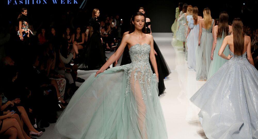 عارضة أزياء تقدّم مجموعة تصاميم أزياء للمصصم اللبناني عبد محفوظ خلال عرض أسبوع الموضة في بيروت، لبنان 18 أبريل/ نيسان 2017