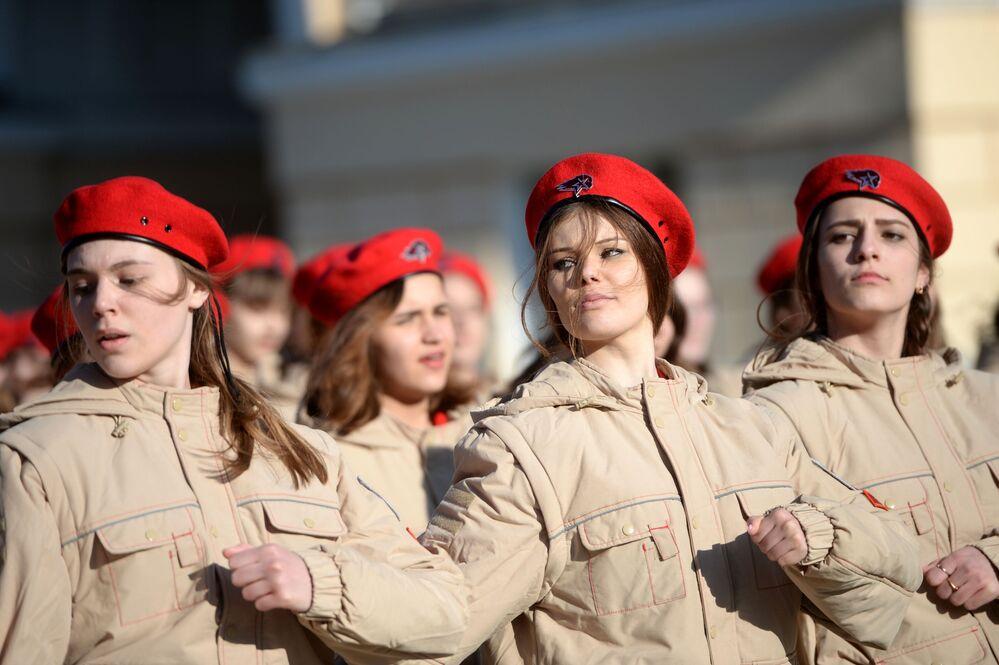 مشاركات من الحركة الوطنية العسكرية يونارميا (الجيش اليافع) خلال بروفة العرض العسكري بمناسبة عيد النصر في كلية يكاتيرينبورغ العسكرية