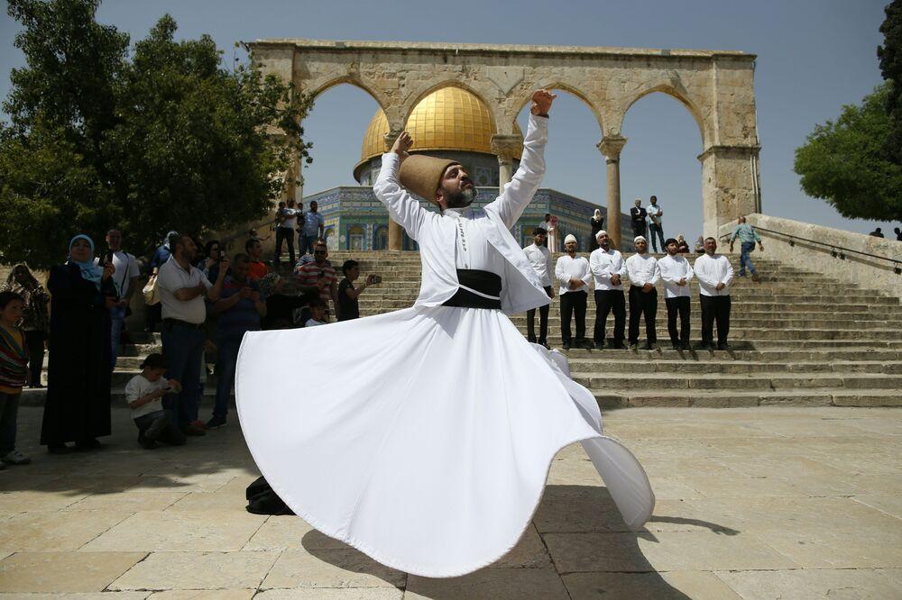 درويش تركي خلال الرقص الصوفي أمام مسجد قبة الصخرة في القدس بمناسبة ذكرى الإسراء والمعراج، فلسطين،  22 أبريل/ نيسان 2017