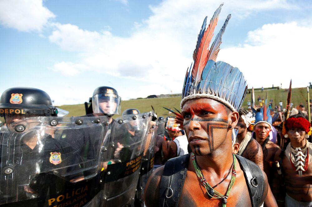 الهنود البرازيليون خلال مظاهرة ضد انتهاك حقوق الأقليات - السكان الأصليين في برازيليا، البرازيل 25 أبريل/ نيسان 2017