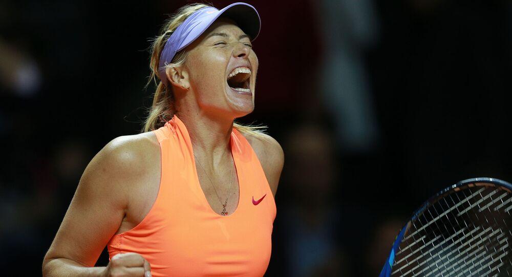 ماريا شارابوفا تفوز في الدوري الأول لمباراة التنس ضد نظيرتها الإيطالية روبيرتا فينتشي في بطولة كأس الجائزة الكبرى-2017 في شتوتغارت، ألمانيا