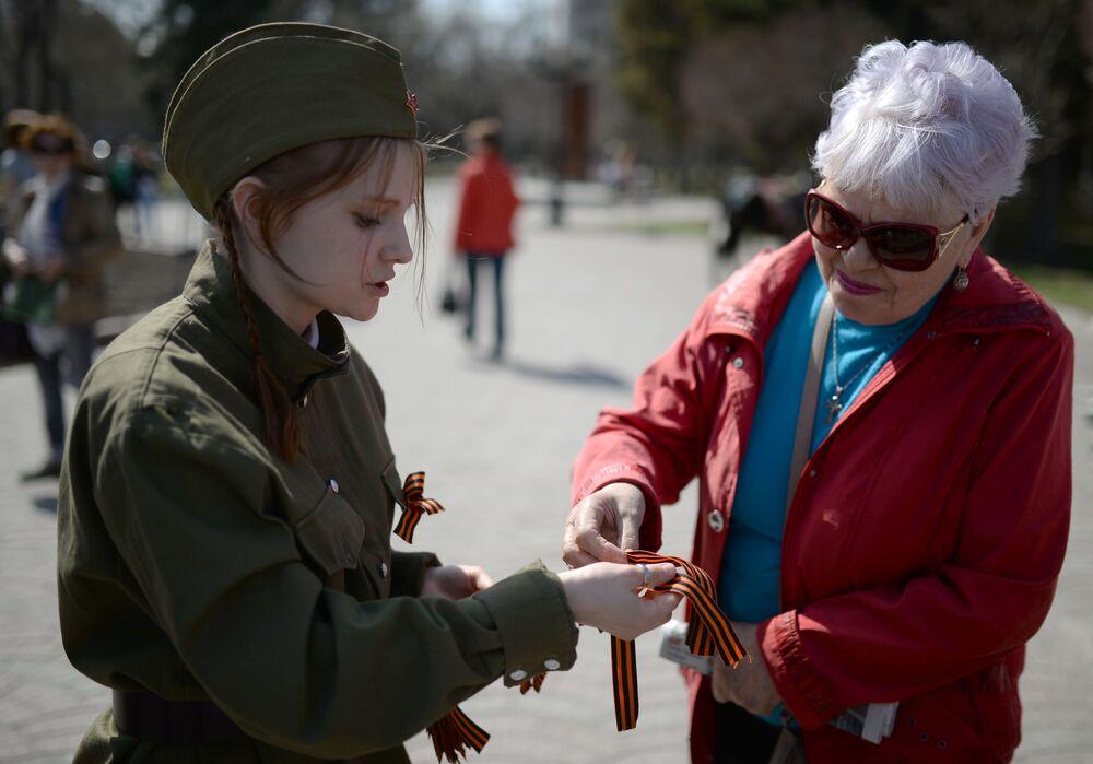 فعالية توزيع شريط جيورجي في أنحاء مدن روسيا، وهنا نوفوسيبيرسك، بمناسبة الذكرى الـ 72 لعيد النصر في الحرب الوطنية العظمى ضد قوات ألمانيا النازية (1941-1945)