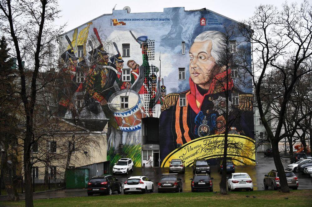 رسم غرافيتي للقائد العسكري الروسي ميخائيل كوتوزوف على مبنى في حي فولخونكي بموسكو، وذلك في إطار مشروع تاريخي روسي اسمه ناشي غيرويي (أبطالنا)