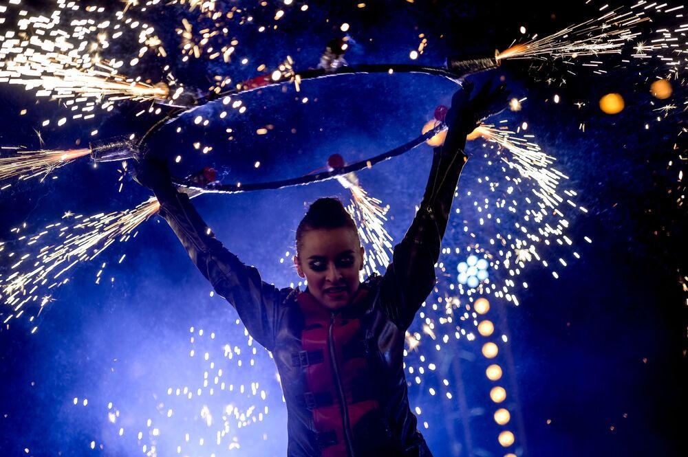 فتاة مشاركة العرض الناري في مهرجان العاشقين في حديقة المركز الثقافي كرملين إزمائيلوفو في موسكو