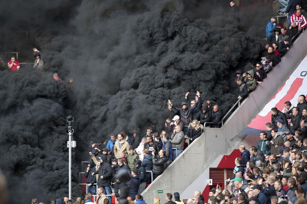 دخان أسود كثيف على مدرجات ملعب كرة القدم بين فريقين محليين في آيندهوفن، هولندا 23 أبريل/ نيسان 2017