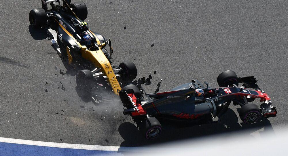 سائق رينو البرطاني جوليون بالمير وسائق هاس اف 1 الفرنسي رومان غروسيان بعد اصطدام سيارتيهما خلال سباق الجائزة الكبرى لـ فورمولا-1 في سوتشي، 30 أبريل/ نيسان 2017