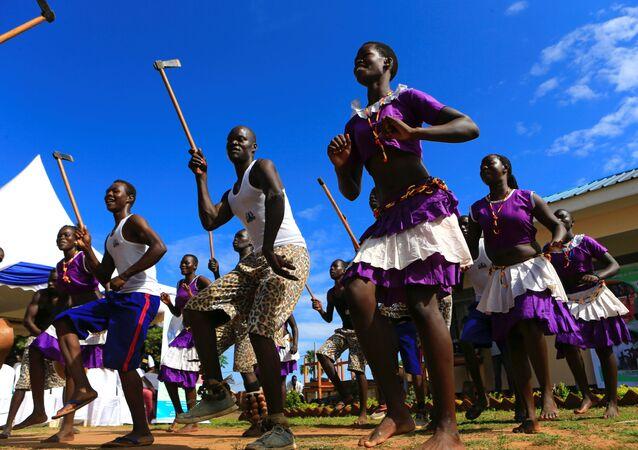 الرقص التقليدي على شرف الممثل الأمريكي فوريست ويتاكر الذي زار بلدة غولو في أوغندا الشمالية، 2 مايو/ آيار 2017