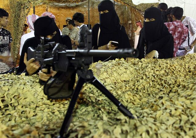 سعودية تختبر سلاحا في معرض بأبها