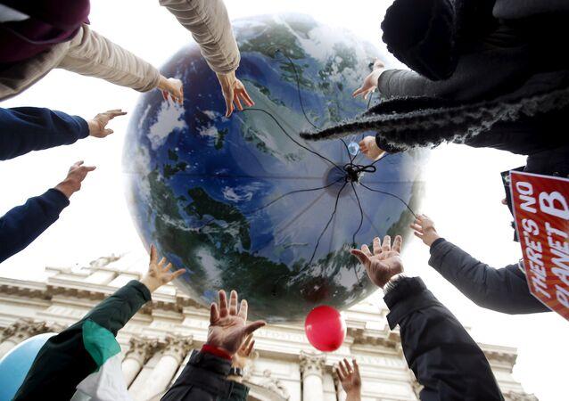متظاهرون قبل بدء مؤتمر باريس العالمي للتغير المناخي 2015