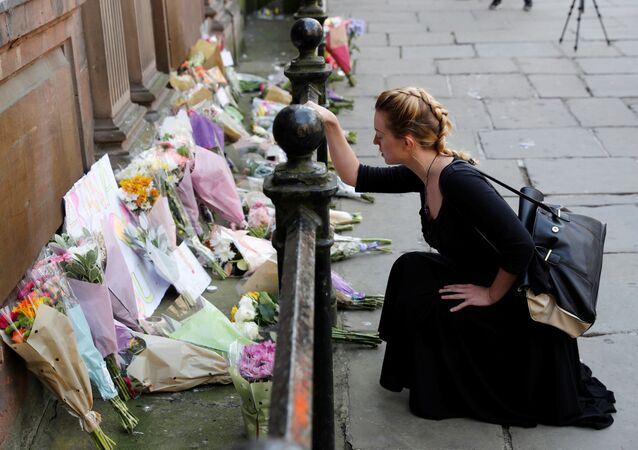 فتاة تضع أزهار بالقرب من موقع الانفجار في مانشستر، بريطانيا 23 مايو/ آيار 2017