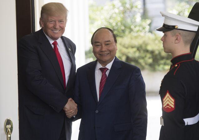 الرئيس الأميركي دونالد ترامب ورئيس وزراء فيتنام نغوين شوان فوك