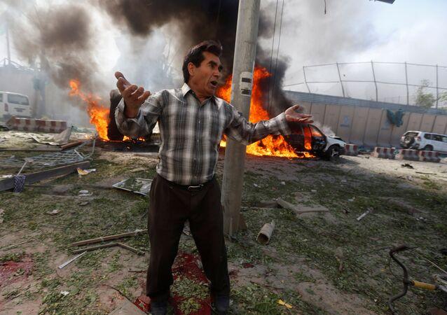 رجل في موقع الحدث، بعد انفجار كابول، أفغانستان 31 مايو/ أيار 2017
