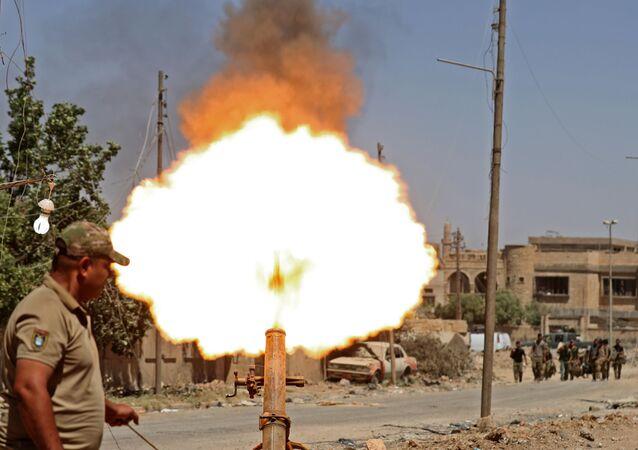 القوات العراقية تطلق القذائف باتجاه تنظيم داعش في الزنجيلي غرب الموصل، العراق 31 ماية/ أيار 2017