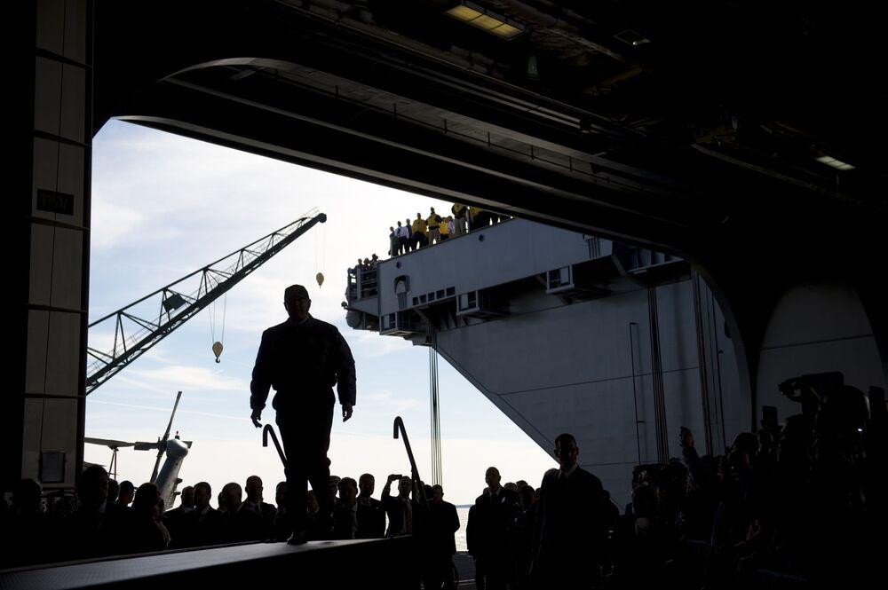 الرئيس الأمريكي دونالد ترامب خلال زيارته لأحدث حاملة طائرات تحمل اسم جيرالد آر فورد (Gerald R. Ford (CVN 78))