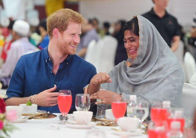 الأمير هاري يفطر مع الصائمين في سنغافورة