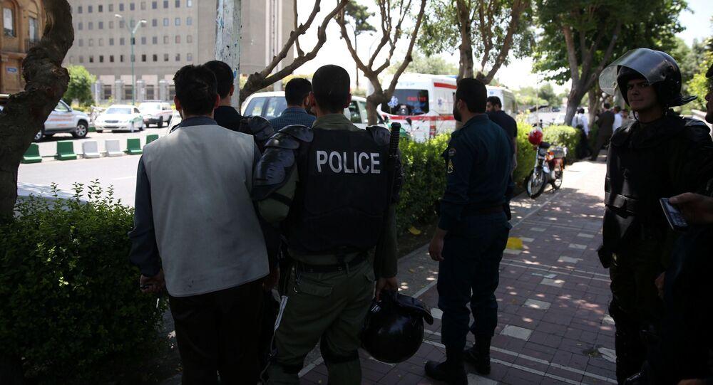 الشرطة الإيرانية بالقرب من مبنى البرلمان في طهران