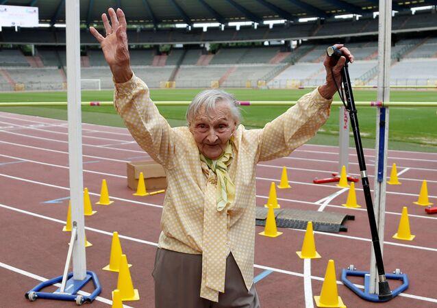 المشاركون في أولمبياد كبار السن (Olympics for Seniors) في ملعب كينغ بودوين (King Baudouin) في بروكسيل، بلجيكا