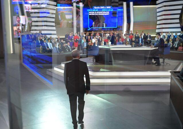 الرئيس الروسي فلاديمير بوتين يصل قاعة البث المباشر للإجابة على أسئلة المواطنين، 15 يونيو/ حزيران 2017