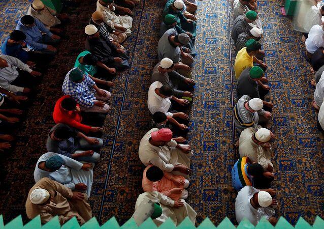 المصلون في مسجد خلال الصلاة بشهر رمضان، سنغافورة 13 يونيو/ حزيران 2017