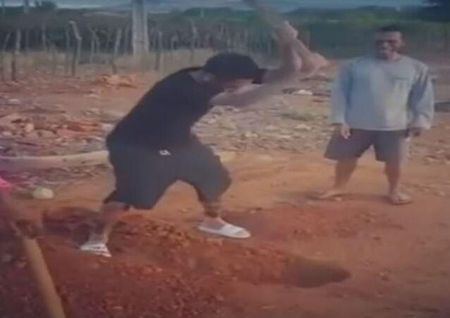 داني ألفيس يساعد عمال الحفر