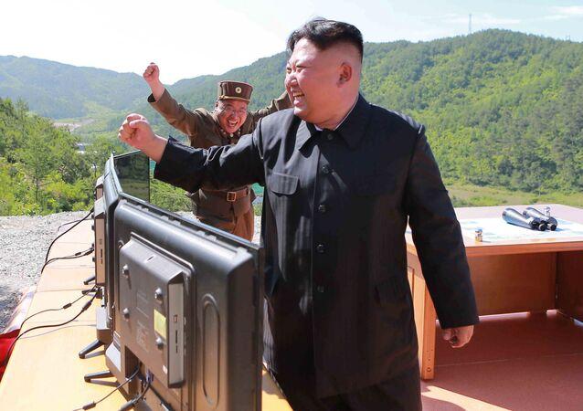 زعيم كوريا الشمالية كيم جون أون بعد نجاح تجربة إطلاق صاروخ باليستي جديد في كوريا الشمالية، 4 يوليو/ تموز 2017