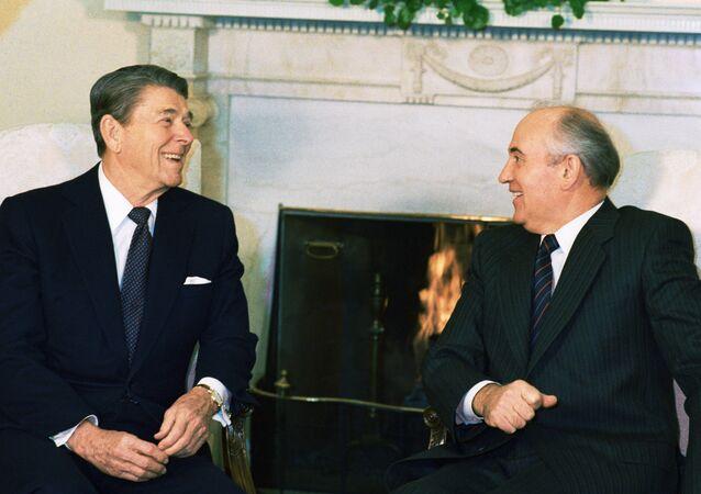 زيارة زعيم الاتحاد السوفيتي، والأمين العام للحزب الشيوعي ميخائيل غورباتشوف، إلى الولايات المتحدة الأمريكية ومقابلته للرئيس رونالد ريغين في البيت الأبيض بواشنطن، الولايات المتحدة الأمريكية