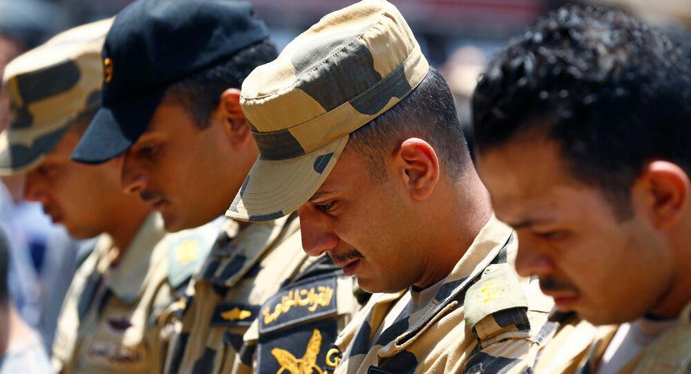 ضباط مصريون في جنازة زملائهم الذين قتلوا في سيناء
