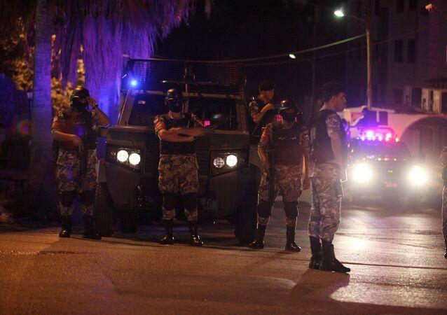 أفراد أمن أمام السفارة الإسرائيلية بالأردن