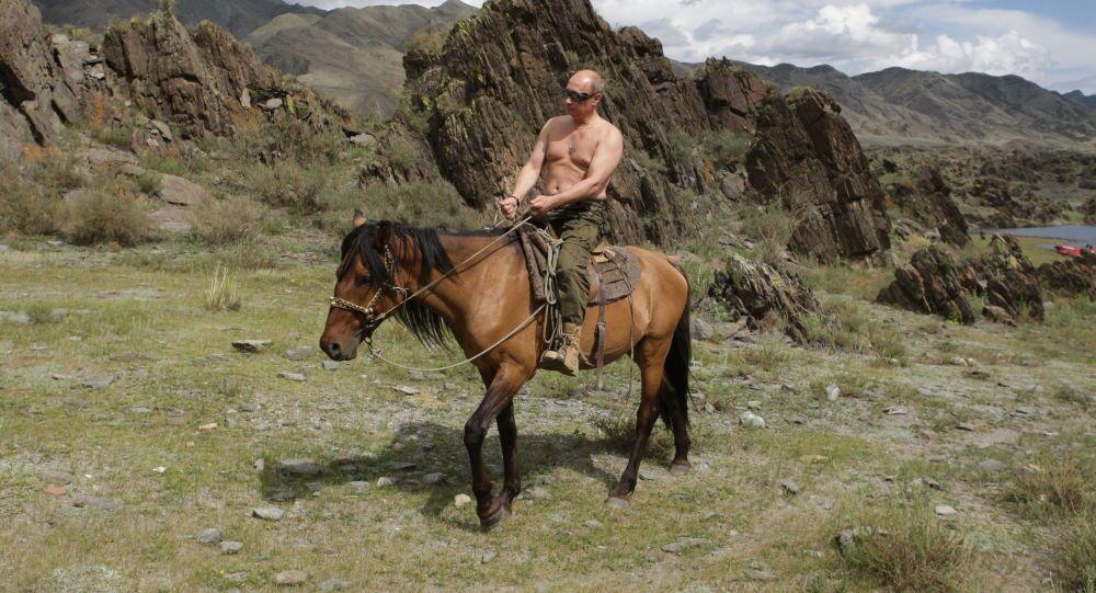 من أرشيف المكتب الصحفي التابع للرئاسة الروسية - رئيس وزراء (حينئذ)  فلاديمير بوتين خلال رحلته في جمهورية تيفا، روسيا