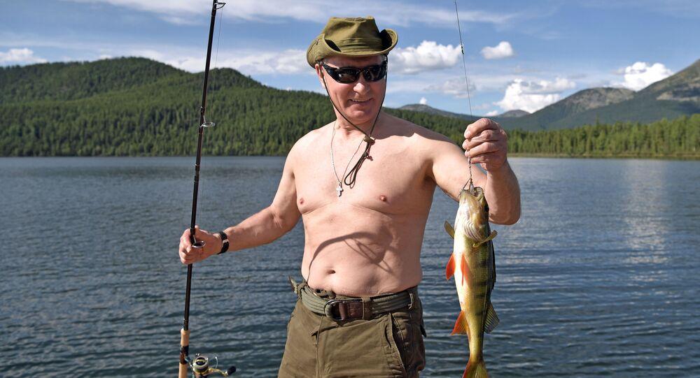 الرئيس فلاديمير بوتين ووزير الدفاع سيرغي شويغو خلال الصيد في جمهورية تيفا، روسيا (1-3) أغسطس/ آب)