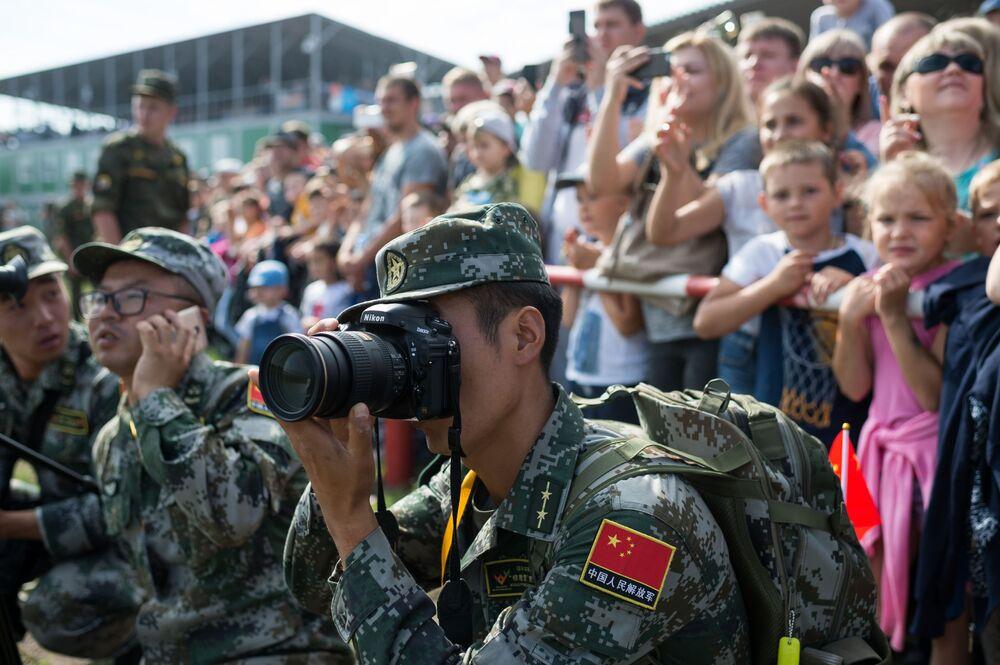 عسكري صيني يلتقط صور خلال مسابقة ريمبات (Рембат) في مقاطعة أومسك، لعرض مهارة محترفي صيانة المركبات العسكرية والمدرعات الخاصة. وذلك في إطار مسابقة الألعاب العسكرية الدولية أرميا-2017 في روسيا.