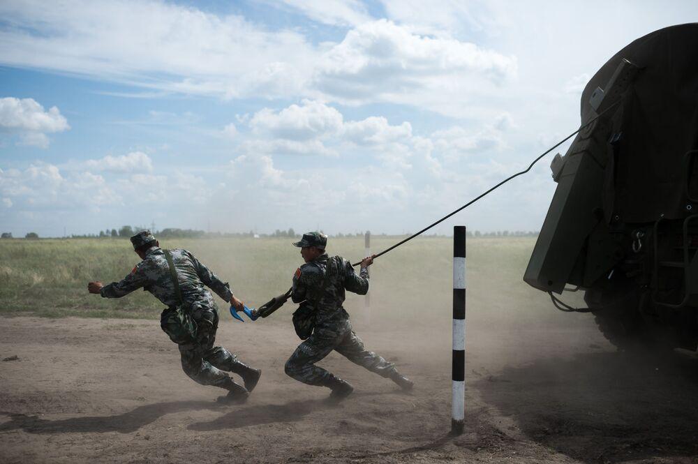 عسكريون صينيون خلال مسابقة ريمبات (Рембат) في مقاطعة أومسك، لعرض مهارة محترفي صيانة المركبات العسكرية والمدرعات الخاصة. وذلك في إطار مسابقة الألعاب العسكرية الدولية أرميا-2017 في روسيا.